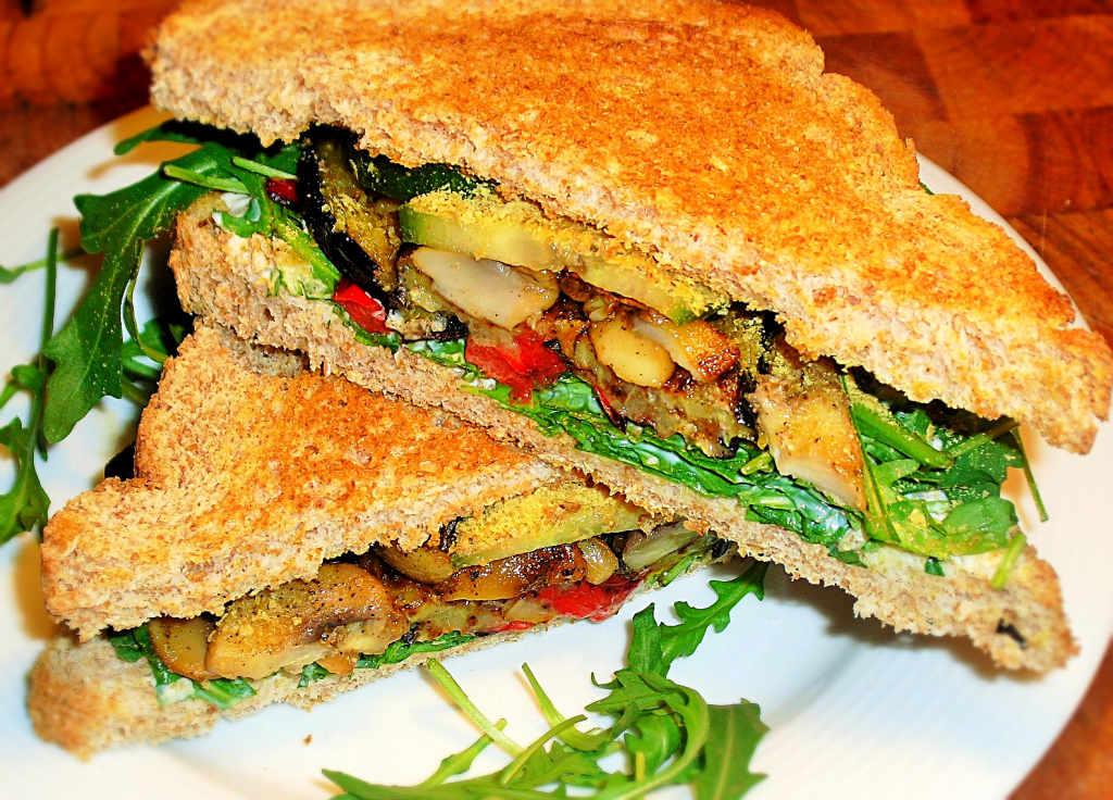 Rucola Sandwich mit gegrilltem Gemüse