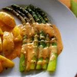 Grüner Spargel mit Kartoffeln in Senfsahnesauce